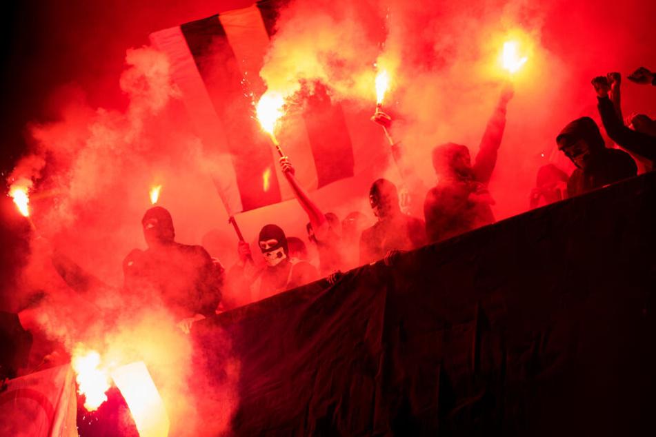Neben den Ultras gelten Hooligans als einer der umstrittensten Subkultur-Gruppen im Fußball. (Symbolbild)