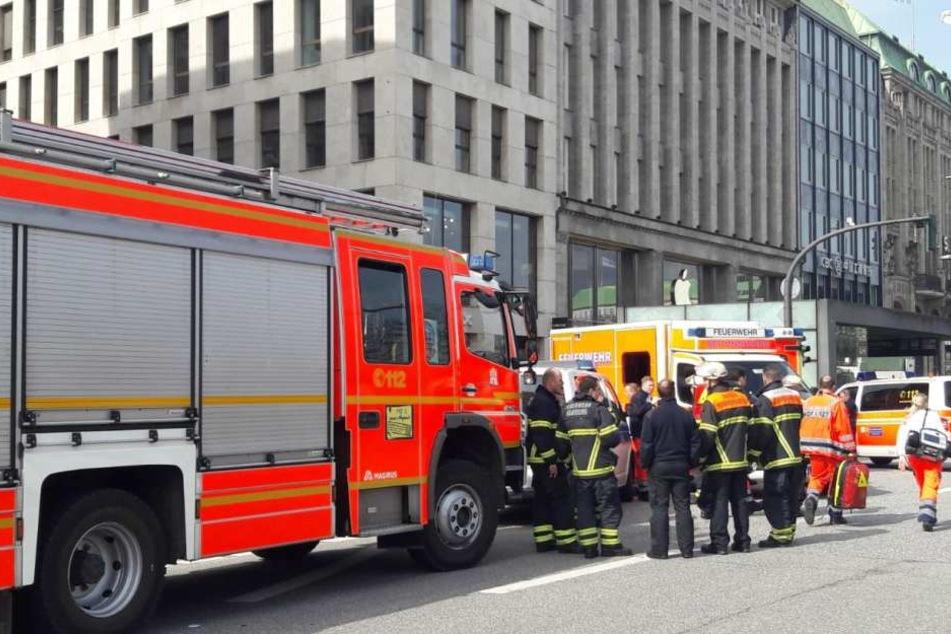 Die Rettungskräfte am Jungfernstieg in Hamburg. Dort hat ein Mann seine Ex-Frau und das gemeinsame Kind erstochen.