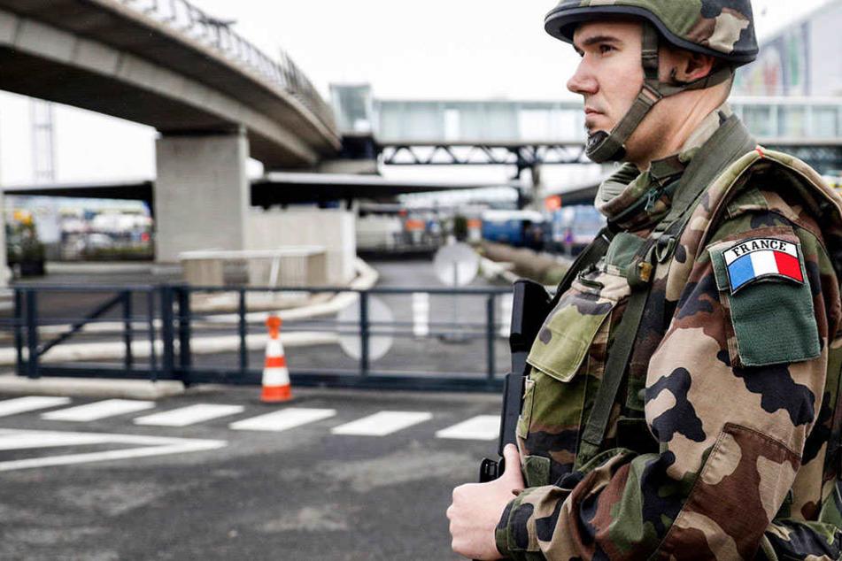Ein Auto hat in einem Pariser Vorort mehrere Soldaten erfasst. (Archivbild).