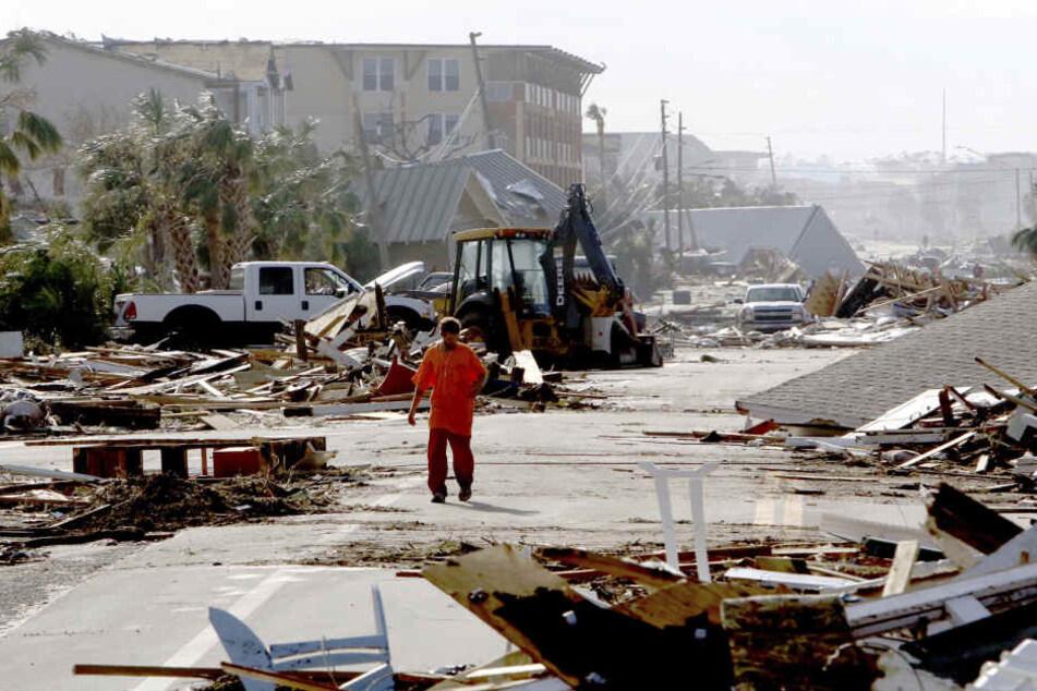 """Robert Brock, geht auf einer Straße an Trümmern vorbei, nachdem Hurrikan """"Michael"""" vorbeigezogen ist."""