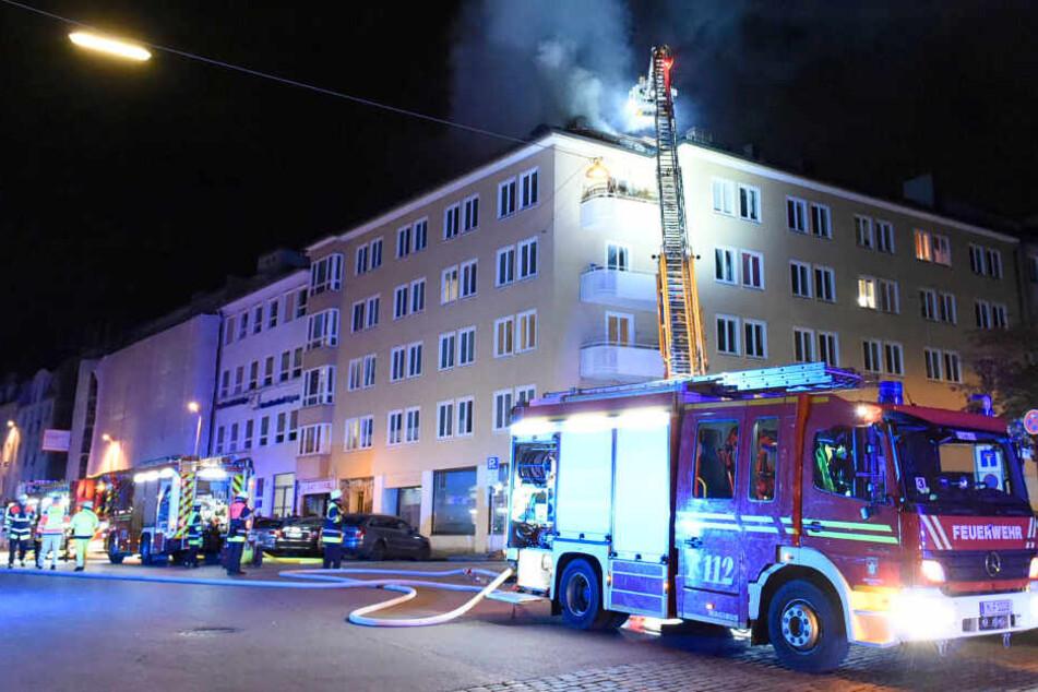 Feuer an der Schwanthalerhöhe: Zuerst raucht es nur, kurz darauf brennt das Dach
