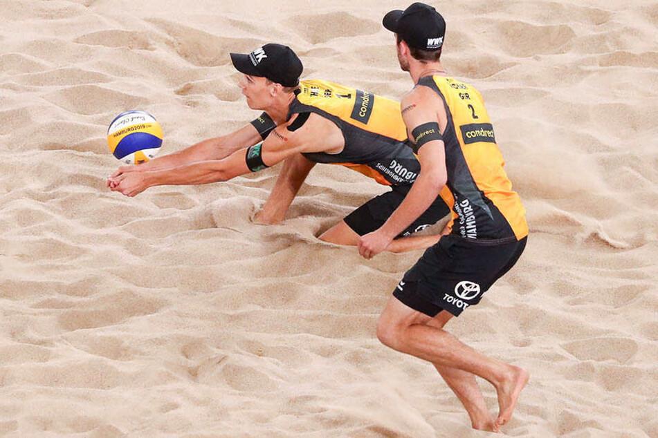 Die letzte von bisher vier deutschen Männer-Medaillen bei einer Beach-WM gab es vor sechs Jahren. Nun haben die gefeierten Beachboys Thole (l.) und Wickler in Hamburg Silber schon sicher.