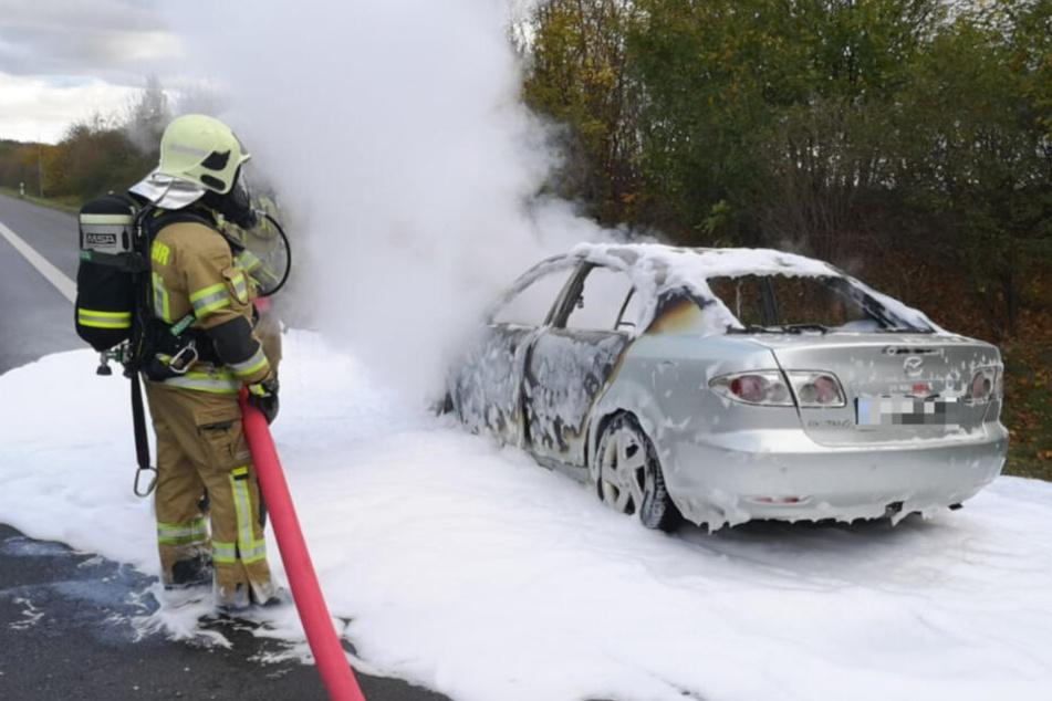 Mazda fängt auf A4 an zu brennen, Fahrer haut einfach ab