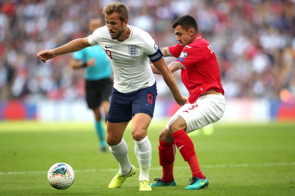 Mit Bulgarien kassierte Georgi Sarmov (r., im Zweikampf mit Harry Kane) zuletzt ein bitteres 0:4 gegen die Engländer. Für das Rückspiel wurde er wieder in den Kader berufen.