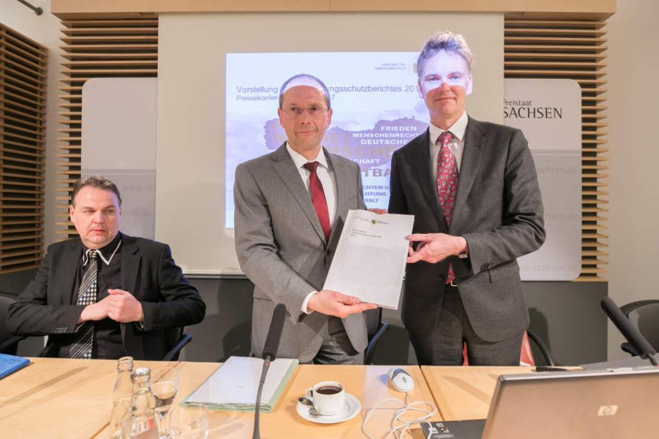 Innenminister Markus Ulbig (53, CDU) und Verfassungsschutz-Chef Gordian Meyer-Plath (48) stellten am Dienstag den neuen Bericht vor.