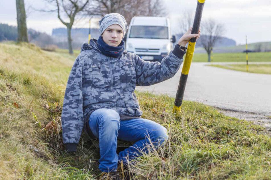 Jonathan (14) an der Unfallstraße in Jahnsdorf. Er würde seinem Helfer gerne Danke sagen.