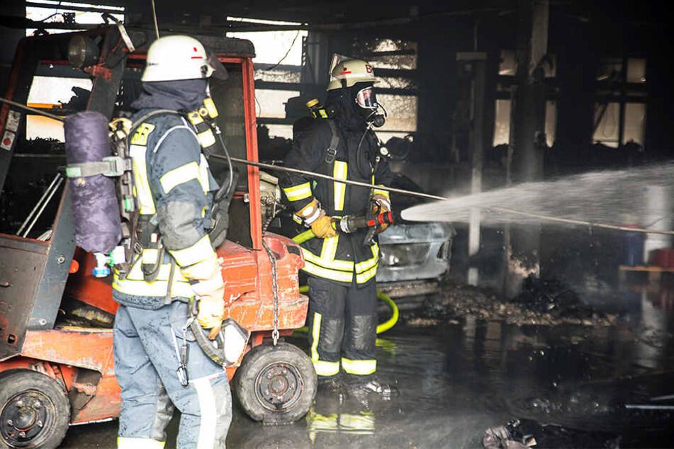 Feuer zerstört Autowerkstatt in Bielefeld