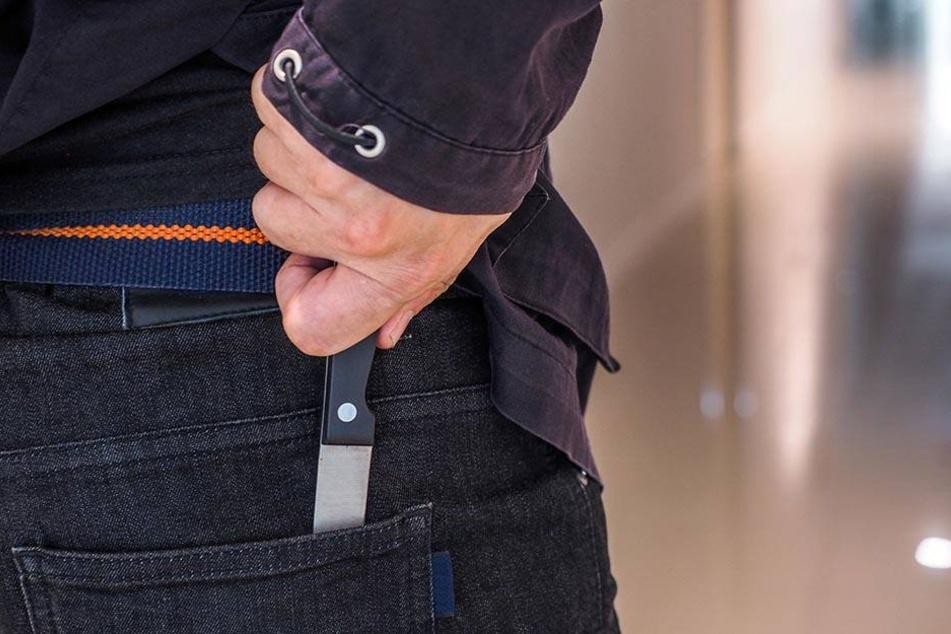Einer der drei Täter soll ein Messer gezogen haben. (Symbolbild)