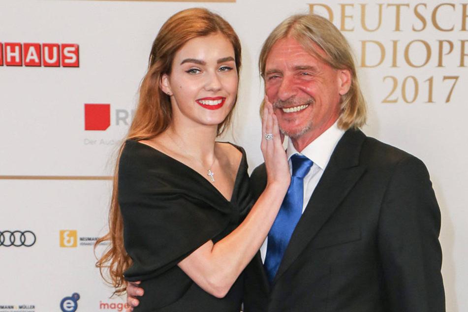 Beim Streicheln ihres Freundes Frank Otto (60) präsentierte Nathalie Volk (20) - ganz unauffällig -  einen spektakulären Diamantring.