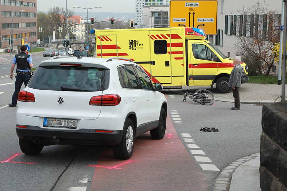 Beim Abbiegen übersah der VW-Fahrer scheinbar den Fahrradfahrer.