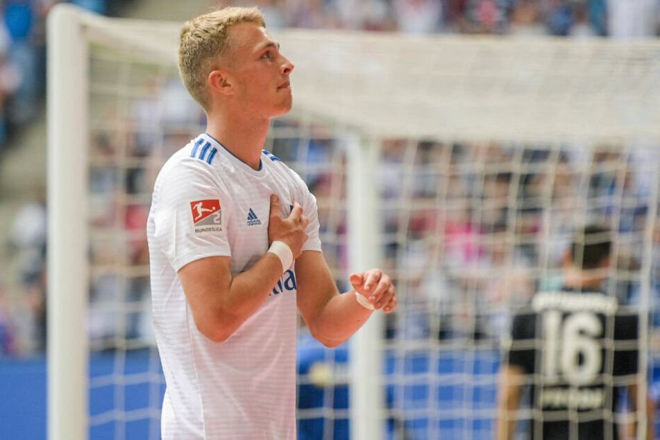 Fiete Arp jubelt über sein erstes Saisontor und schlägt mit seiner Hand auf die HSV-Raute.