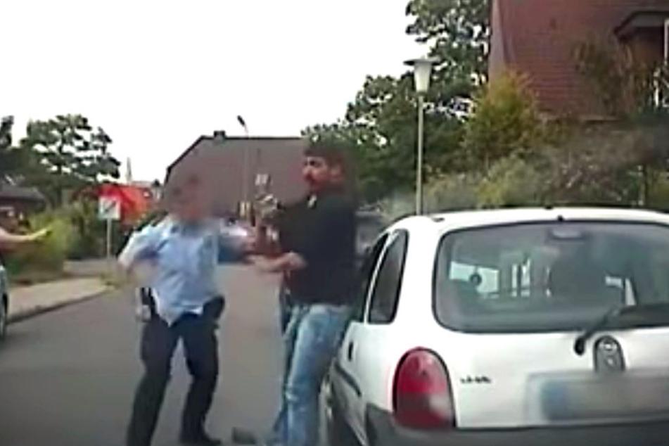 Bei einer Kontrolle prügelte der Polizist plötzlich auf den Mann ein, der sich - wie auf den Aufnahmen zu sehen ist - nicht wehrte.