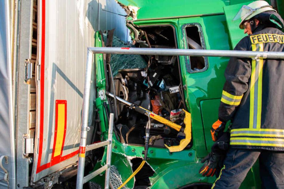 Der Fahrer des Lkw musste aus seinem Führerhaus geschnitten werden.