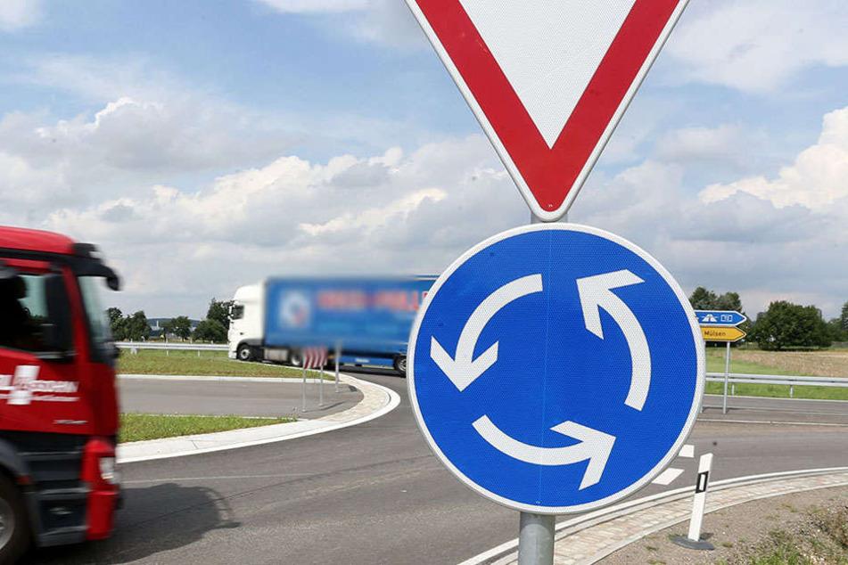 Den Kreisverkehr hatte der 55-jährige Renaultfahrer wohl übersehen und bretterte drüber.