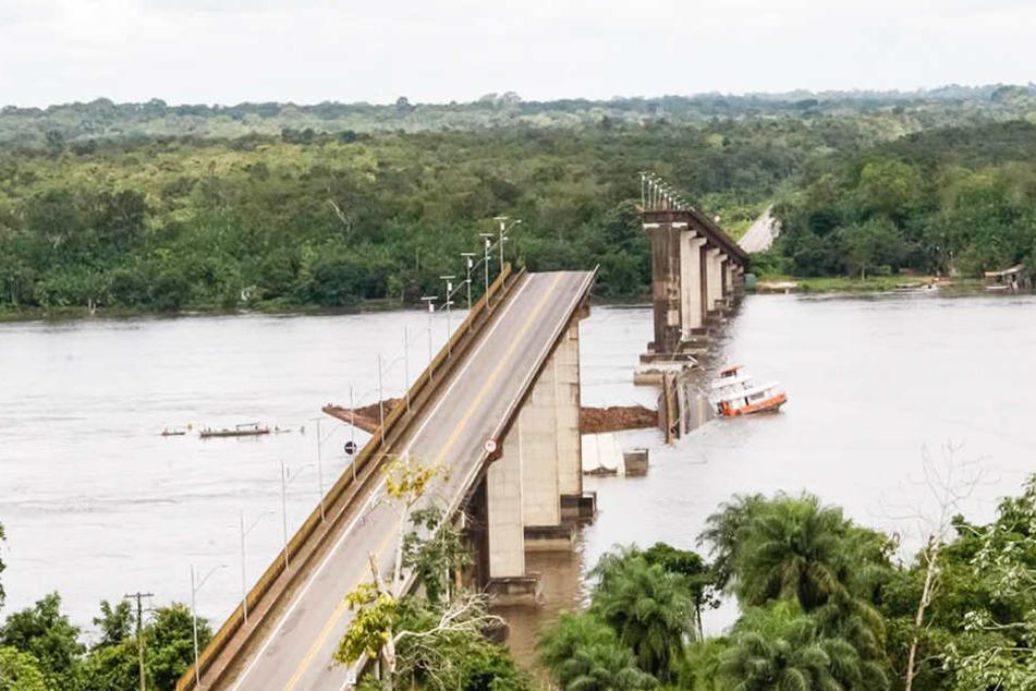 Schiff rammt Brücke: Autos stürzen ins Wasser