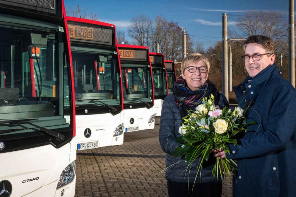 Myriam Berg nahm die Fahrzeuge am Mittwoch von Bernd Morr (Daimler) entgegen.