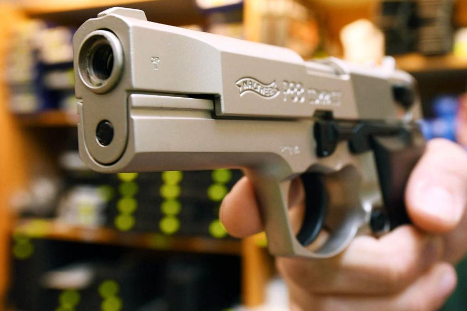 Mit einer silbernen Pistole bedrohte der Täter eine Angestellte des Marktes (Symbolbild).