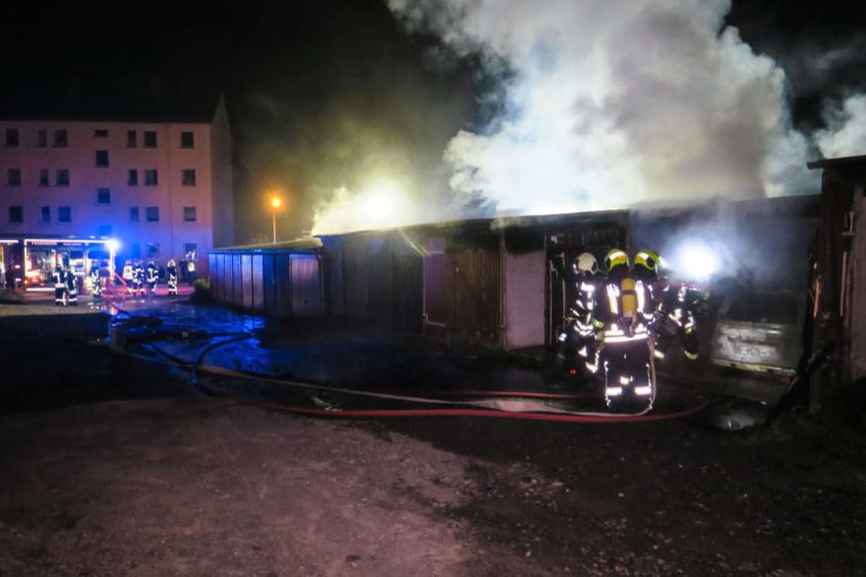 Ein Peugeot stand in einer Garage in Flammen.