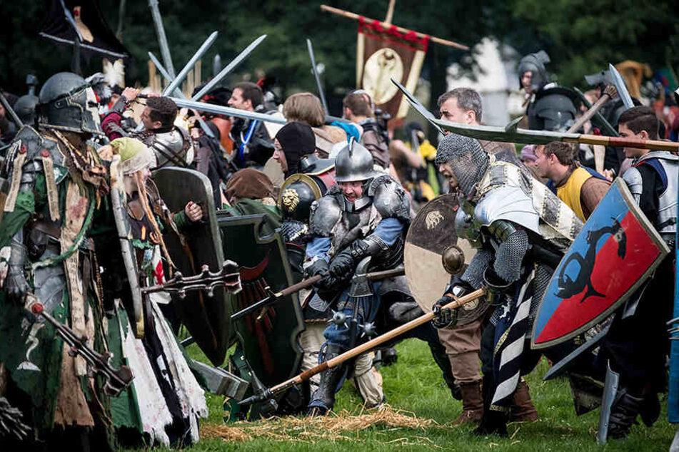 Voll kostümiert kämpfen die Spieler gegeneinander.