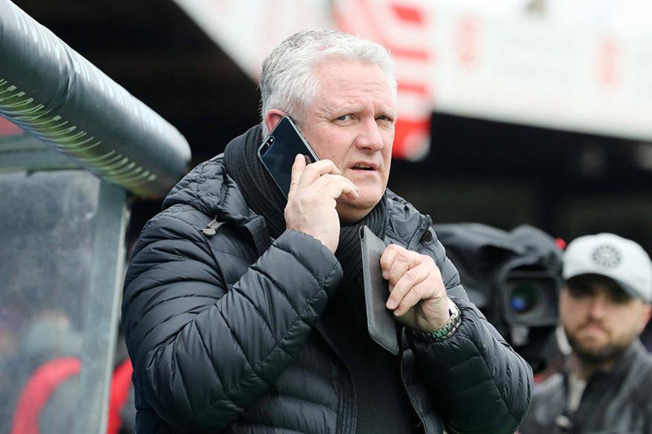 Telefonierend ist Sportdirektor Stephan Beutel oft zu sehen. Nur scheinen die Gespräche mit Blick auf die neue Saison nichts zu bringen