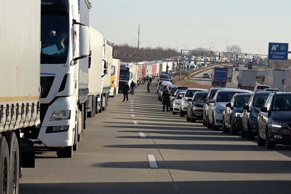 Schwerer Unfall auf der A2: Autobahn gesperrt, Feuerwehr beklagt fehlende Rettungsgasse