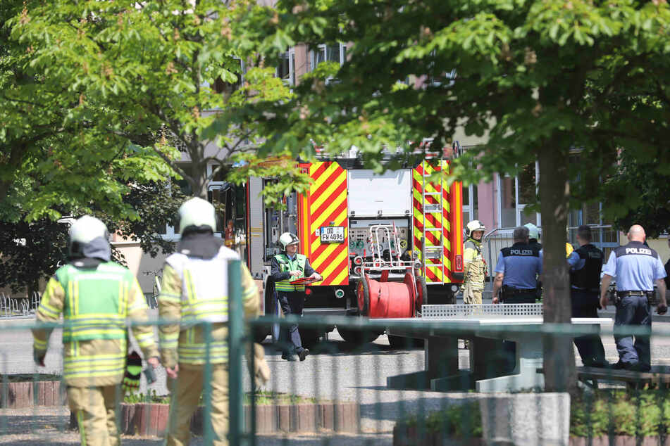 Bei dem Brand waren viele Einsatzkräfte der Feuerwehr und der Polizei an der 121. Oberschule vor Ort.