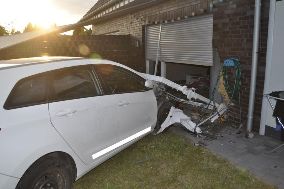 Der Wagen krachte durchs Fenster.