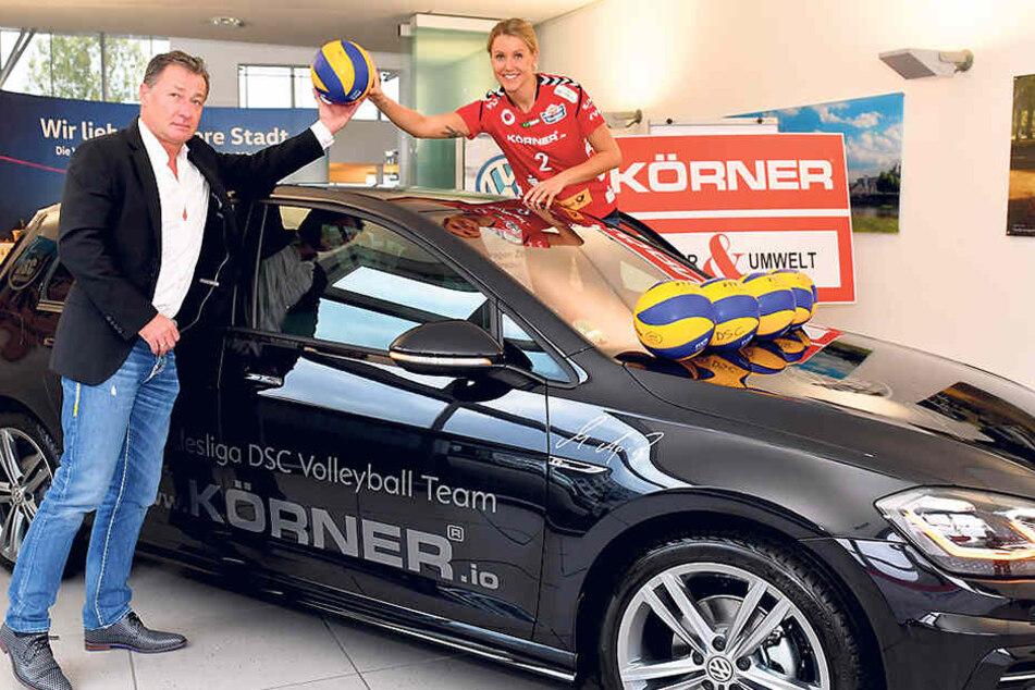 Mareen Apitz nimmt von Sponsor Hubert Körner ihr neues Dienstfahrzeug in Empfang.