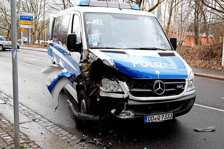 Bei dem Zusammenstoß wurden auch vier Polizisten verletzt.