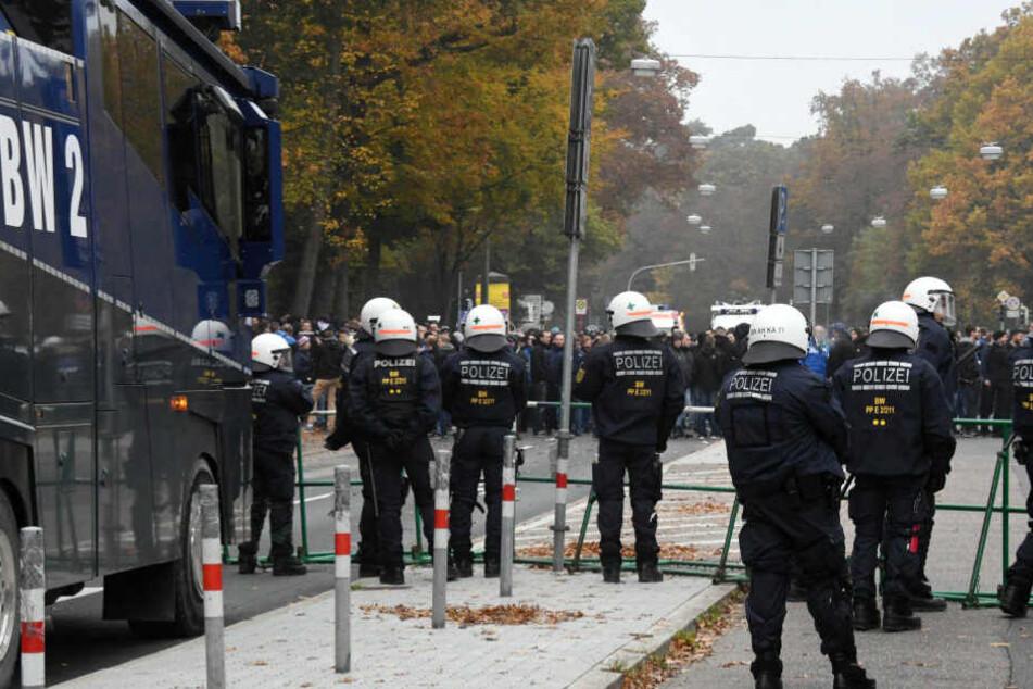 Wenn der VfB Stuttgart auf den Karlsruher SC trifft, sind Ausschreitungen fast vorprogrammiert. Auf dem Foto bereiteten sich Polizisten auf ihren Einsatz im Oktober 2016 im Karlsruher Wildpark vor.