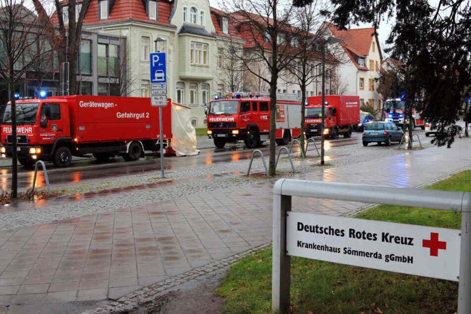 Mit einem Großaufgebot ist die Feuerwehr vor Ort.