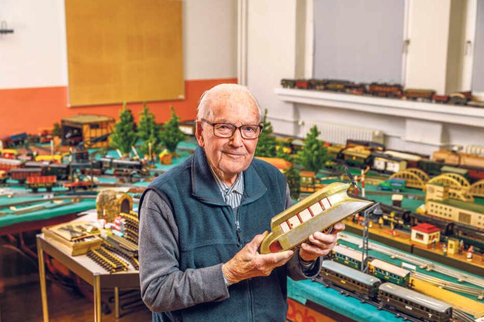 Der Dresdner Senior Wolfgang Grimm (98) brachte Spielzeug-Eisenbahnen seiner Kindheit mit, darunter einen Schienenzeppelin.