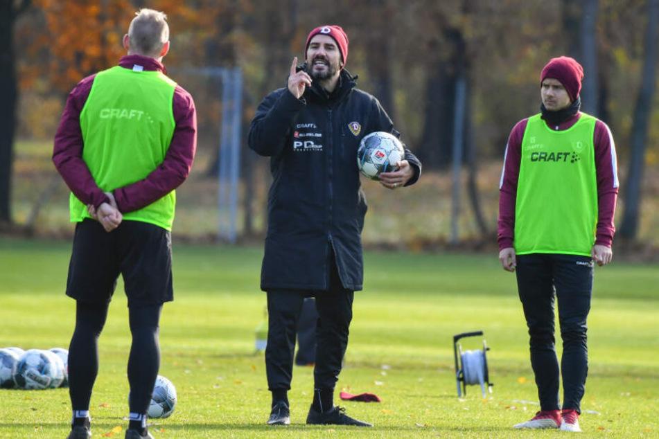 Cristian Fiel (M.) gibt bei Dynamo den Ton an - nicht nur in dieser Woche beim Training.