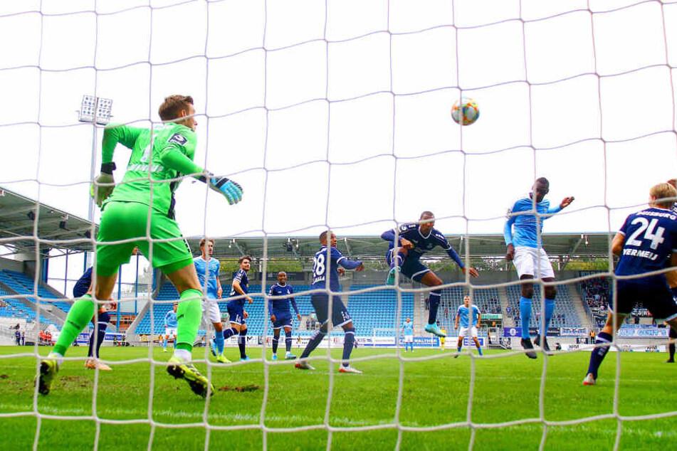 Mit diesem wuchtigen Kopfball erzielte Tarsis Bonga (3.v.r.) das 2:0 gegen Duisburg.