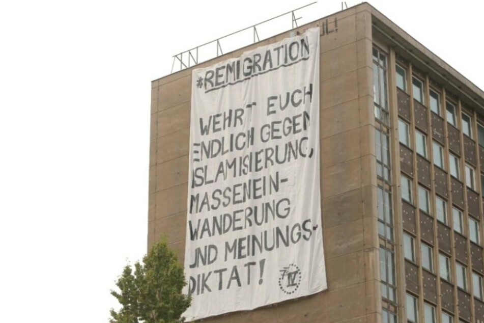 Dieses Banner hing im September an einem Dresdner Hochhaus. Waren es die selben Leute, wie jetzt bei der Schilder-Aktion?