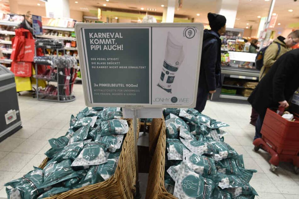 REWE verkauft die Beutel, damit das Wildpinkeln in der Stadt während der Karnevalszeit ein Ende haben soll.