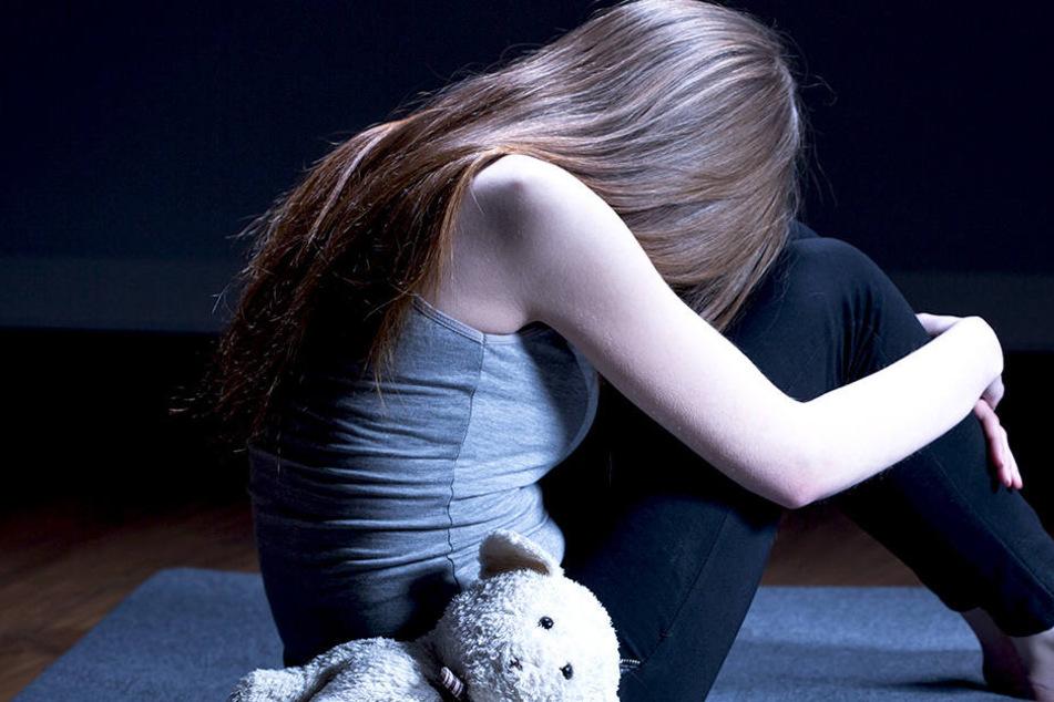 """Mädchen jahrelang von ihrem """"perfekten Bruder"""" missbraucht und vergewaltigt"""