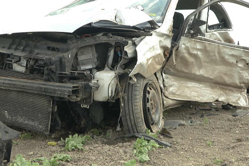 Der Wagen der Pkw-Fahrerin überschlug sich und blieb auf dem Feld liegen. Sowohl sie als auch der Transporter-Fahrer mussten schwerverletzt ins Krankenhaus gebracht werden.