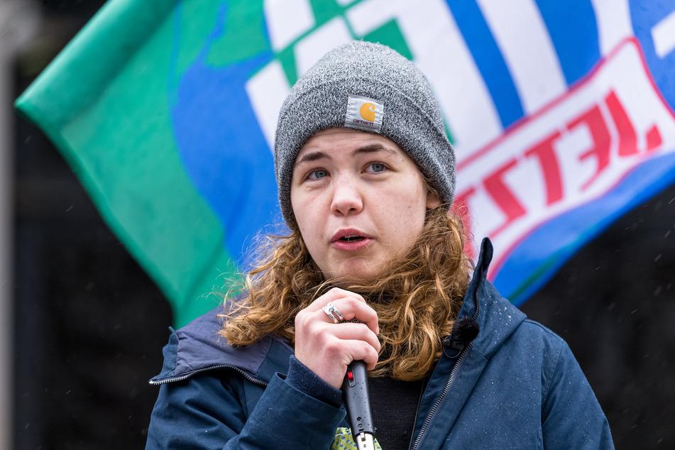 Die Fridays für Future Aktivistin Annika Rittman spricht während einer Demo in Hamburg. (Archivbild)
