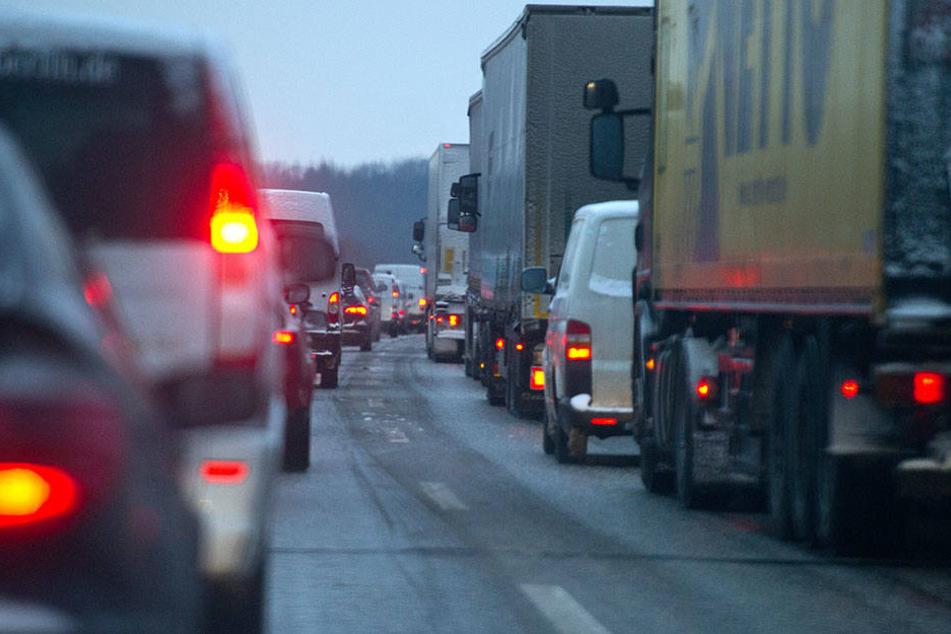 Auf der A 11 staute sich der Verkehr durch die vielen Autounfälle. (Symbolbild)