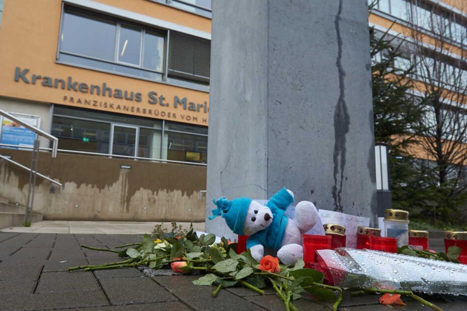 Vor dem Krankenhaus St. Marienwörth lieg ein Kuscheltier in Gedenken an das getötete Baby.