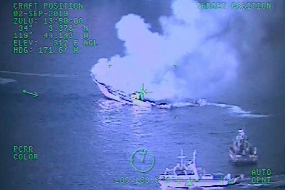 """Dieser Screenshot aus einem von der US-Küstenwache veröffentlichten Video zeigt das Feuer an Bord des Taucherbootes """"Conception"""" vor der Insel Santa Cruz bei Santa Barbara."""