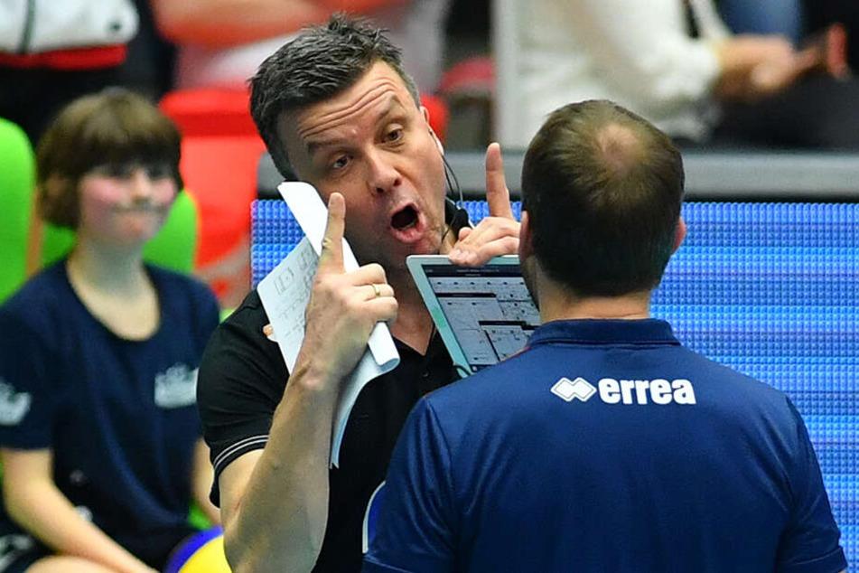 Erbost: DSC-Coach Alexander Waibl diskutiert nach seiner Roten Karte mit dem Schiedsrichter.