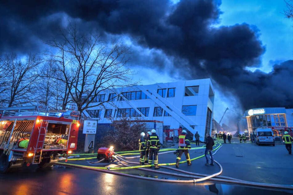 Auch am Freitagmorgen hatte die Feuerwehr noch mit den Löscharbeiten zu tun.