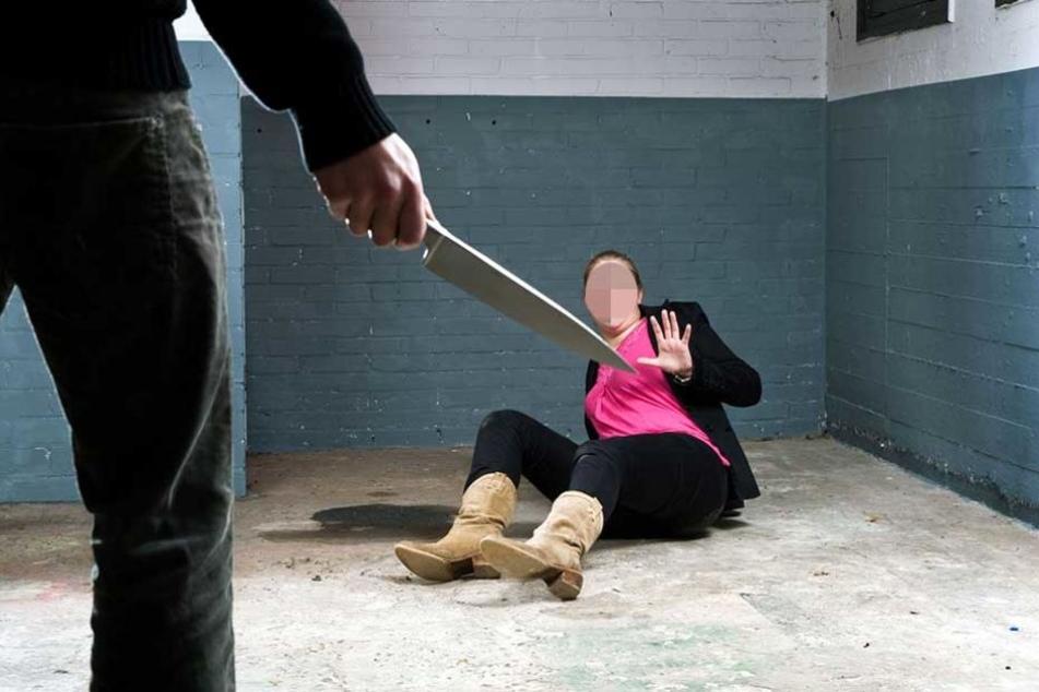 Der Mann soll mehrfach mit einem Messer auf seine Frau eingestochen haben.