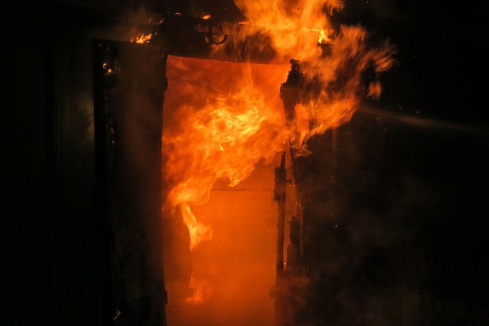 Feuerwehr-Großeinsatz im Erzgebirge: Auto steht in Flammen