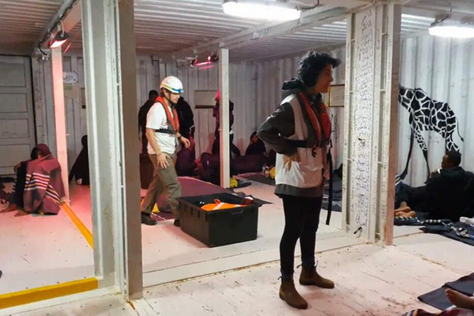 Nach und nach brachte die Besatzung die Menschen an Bord.
