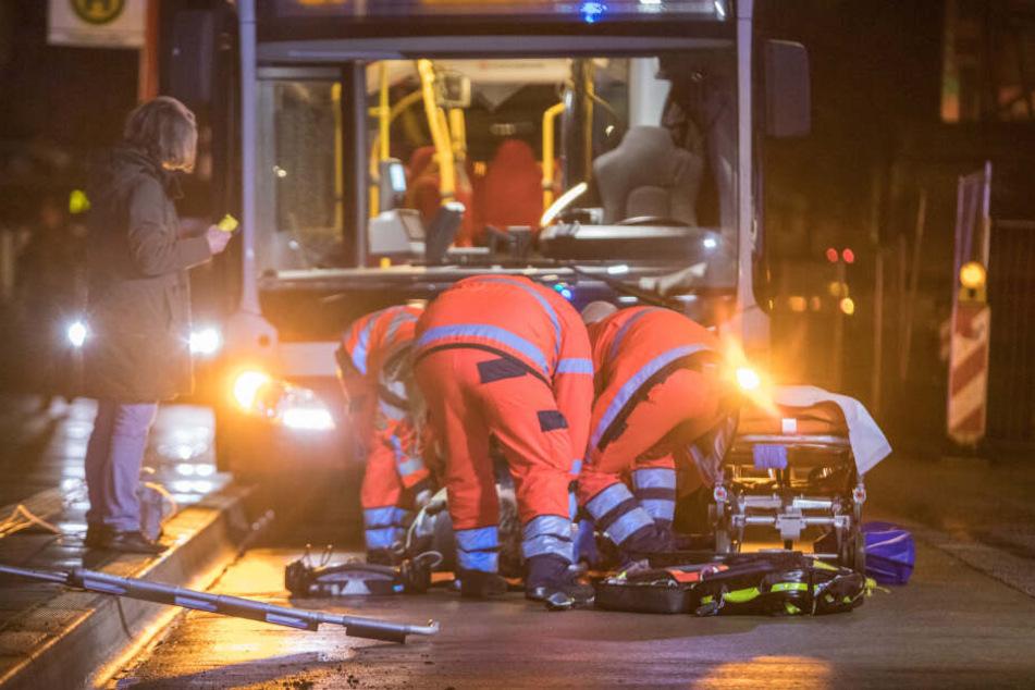 Einsatzkräfte versorgen das Unfallopfer auf der Straße.