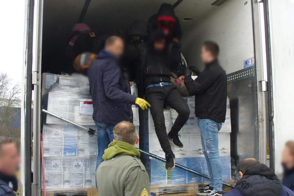 Die Vier wollen nun Asyl in Deutschland. (Symbolbild)