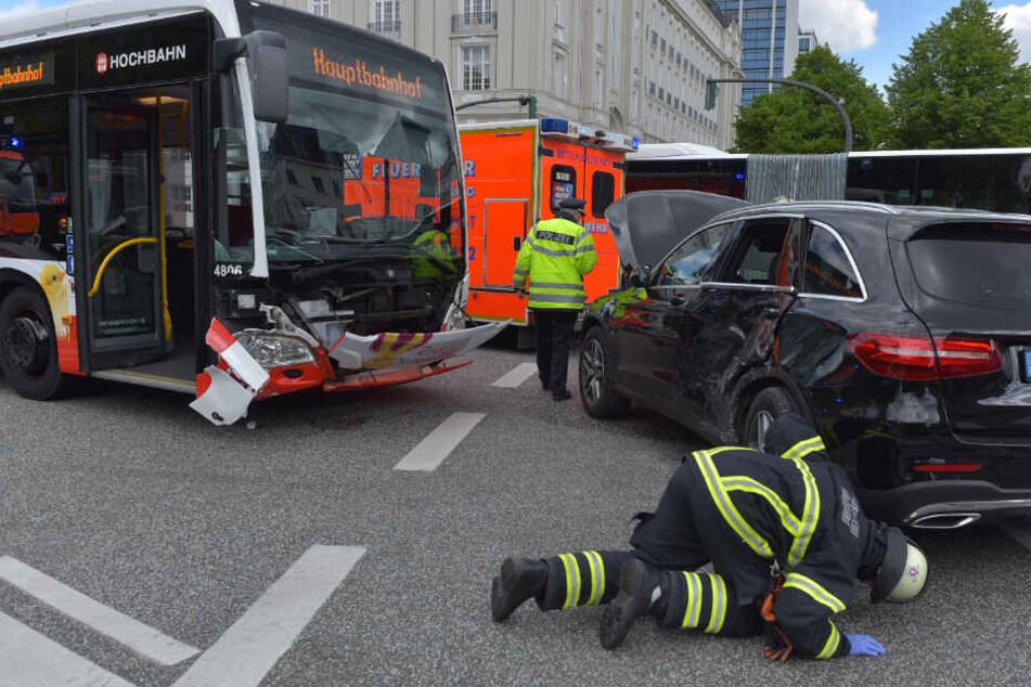 Ein Feuerwehrmann begutachtet das Unfallauto auf der Kreuzung am Stephansplatz.